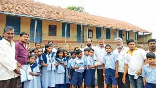 ढालगाव - (ता. कवठेमहांकाळ) येथील श्री बाल गणेश मंडळाच्या वतीने गरीब मुलांना गणवेश वाटप करताना.