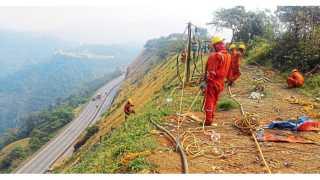बोरघाट, खंडाळा - डीसी हायस्कूलजवळ डोंगरमाथ्यावर लोखंडी जाळ्यांचे आच्छादन टाकण्यात येत आहे.