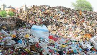 औरंगाबाद - शहरातील रस्त्यावर असलेले कचऱ्याचे ढीग काही प्रमाणात कमी झाले असले तरी मध्यवर्ती जकात नाक्यावर असे कचऱ्याचे डोंगर तयार झाले आहेत.
