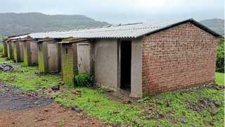भोमाळे (ता. खेड) - अपूर्णावस्थेतील पाच घरकुलांचा प्रकल्प.