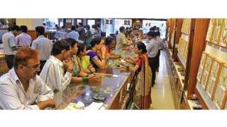कोल्हापूर - अक्षय्य तृतीयेच्या मुहूर्तावर खरेदीसाठी शुक्रवारी ग्राहकांनी गर्दी केली होती.