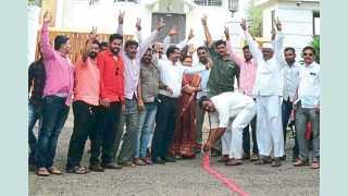सासवड (ता. पुरंदर) - राज्यमंत्री विजय शिवतारे यांच्या कार्यालयापुढे आनंद व्यक्त करताना पदाधिकारी व कार्यकर्ते.
