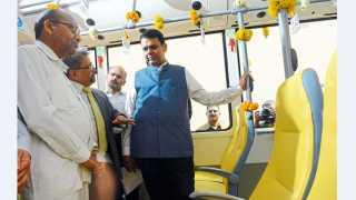 """मुंबई -""""एमएमआरडीए'ने खरेदी केलेल्या हायब्रीड बसचे लोकार्पण मुख्यमंत्री देवेंद्र फडणवीस यांच्या हस्ते सह्याद्री अतिथिगृहात शुक्रवारी झाले. उद्घाटनानंतर या बसमधून प्रवास करताना मुख्यमंत्री."""