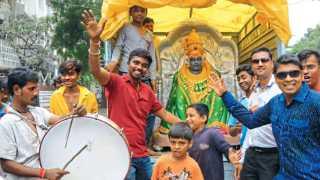 जळगाव - शहरात गुरुवारी वाजतगाजत देवीची मूर्ती घेऊन जाताना भाविक.