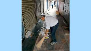 डेक्कन आणि फर्ग्युसन रस्त्यावर दुकानाबाहेर सफाई करताना जगन्नाथ देशपांडे.