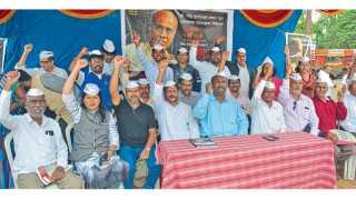 सांगली - डॉ. नरेंद्र दाभोलकर हत्येप्रकरणी 'अंनिस'च्या पुढाकाराने सोमवारी गांधी पुतळ्यासमोर करण्यात आलेले 'जवाब दो' आंदोलन.