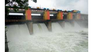 वडज (ता. जुन्नर) - पूर नियंत्रणासाठी धरणाच्या पाच दरवाजांतून शुक्रवारी सकाळपासून मीना नदीत सोडण्यात येत असलेले पाणी.
