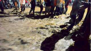 औरंगाबाद - नारेगावात शनिवारी मध्यरात्री नाल्याला आलेल्या पुराने अनेक वसाहतींमध्ये पाणी शिरले. त्यामुळे नागरिकांची उडालेली धावपळ.