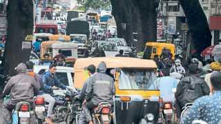 कोल्हापूर - शहरातील चौक आणि रस्त्यांवर वाहतूककोंडीमुळे पादचारी, वाहनधारक अक्षरशः मेटाकुटीस आले आहेत. ही कोंडी सोडविण्यासाठी महापालिका आणि वाहतूक पोलिस नेमके करतात तरी काय? असा प्रश्न लोकांना पडला आहे. बागल चौक ते पाच बंगला मार्ग.