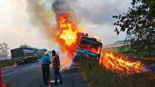 मालेगाव - मनमाड-मालेगाव रस्त्यावरील चोंढी शिवारात काडीपेट्यांनी भरलेल्या ट्रकला लागलेली आग.