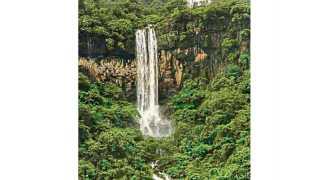 दुंद (ता. जावळी) - येथील 'पाबळ' नावाचा धबधबा पर्यटकांचे नवीन आकर्षण ठरत आहे.
