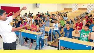 आयसर, पाषाण -  'सकाळ एनआयई'च्या वतीने आयोजित उन्हाळी सुटी कार्यशाळेत क्षेत्रभेटीदरम्यान विद्यार्थ्यांनी वैज्ञानिक खेळणी बनविण्याचा आनंद घेतला.