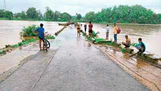 भामरागड : दुथडी भरून वाहत असलेली पर्लकोटा नदी.