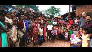 पालीः आदिवासी मुलांसोबत फ्रेन्ड्स ग्रुपचे सदस्य मयूर कारखानीस, विद्देश आचार्य व किरण प्रधान. (छायाचित्र, अमित गवळे)