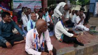 Mundan agitation in front of the Solapur Collector Office of Textile workers