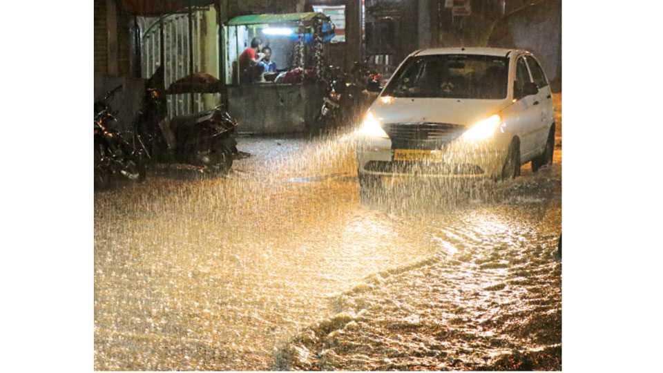 औरंगाबाद - रविवारी रात्री रस्त्यावर साचलेले पावसाचे पाणी.