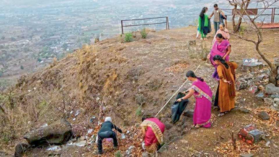 कास रस्त्यावरील दरीत टाकलेला कचरा महिलांनीही धाडसाने गोळा केला.