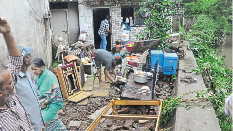 वाय. पी. पोवारनगर परिसरात घरात चिखल साठल्याने प्रापंचिक साहित्य बाहेर काढून ठेवावे लागले.