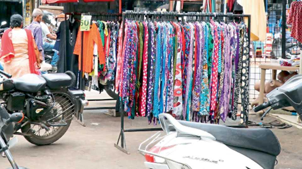 रस्त्यात ठेवलेले कपड्यांचे स्टॅंड.