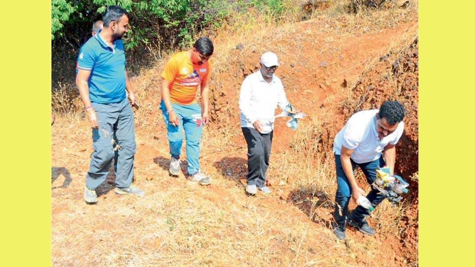 कास पठाराजवळील घाटात पडलेला प्लॅस्टिक कचरा गोळा करताना सयाजी शिंदे व नागरिक.