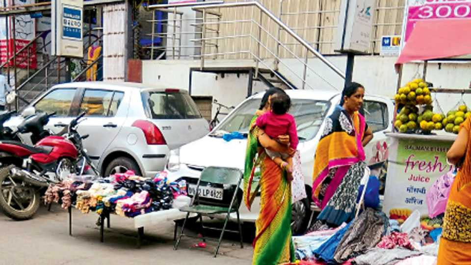गणपती चौक - वाहने उभी करण्याच्या जागेतच अनधिकृत पथारी व्यावसायिकांनी दुकाने थाटली आहेत.