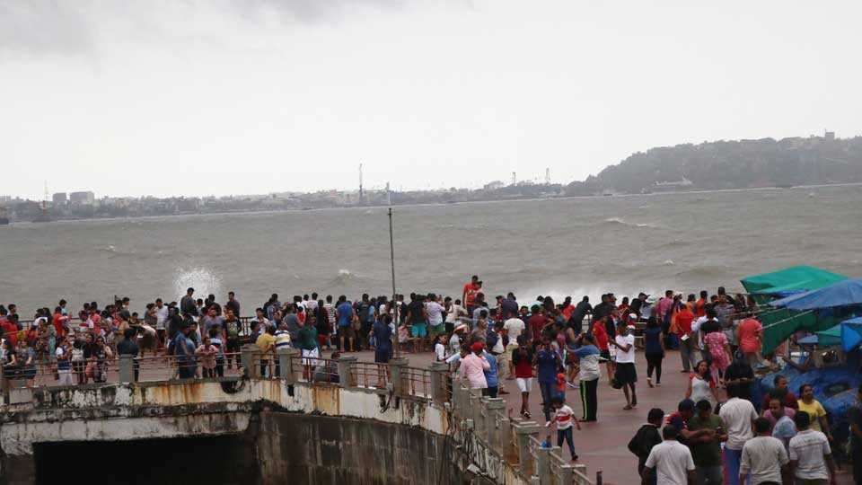 Goa: Hundreds of tourists gathered to see the skyscraper in the sea