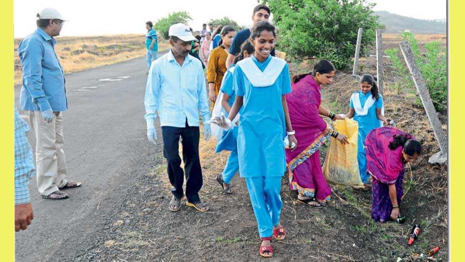 विद्यार्थी, शिक्षक-शिक्षकेतर कर्मचाऱ्यांनीही कचऱ्याचे संकलन केले.