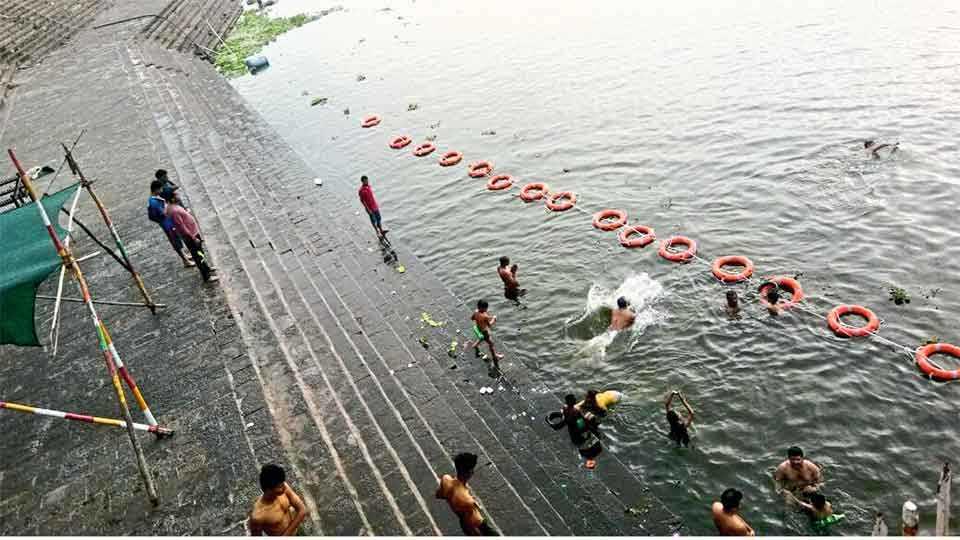 नृसिंहवाडी -येथील कृष्णा नदी पात्रांमध्ये भाविकांसाठी पन्नासहून अधिक रबरी इनर पाण्यामध्ये तैनात ठेवले आहेत.