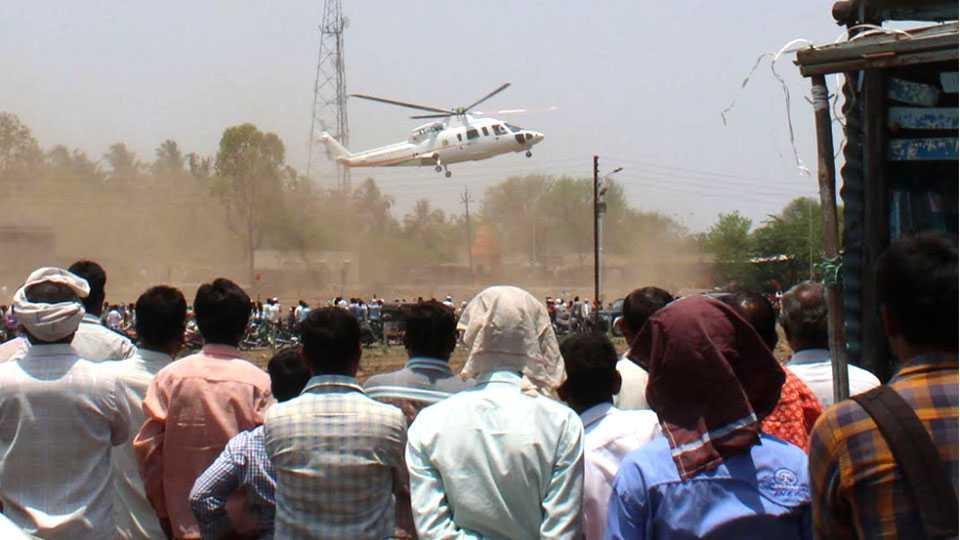 निलंगा (जि. लातूर) -मुख्यमंत्री देवेंद्र फडणवीस यांचे हेलिकॉप्टर उड्डाण घेतल्यानंतर कोसळले.