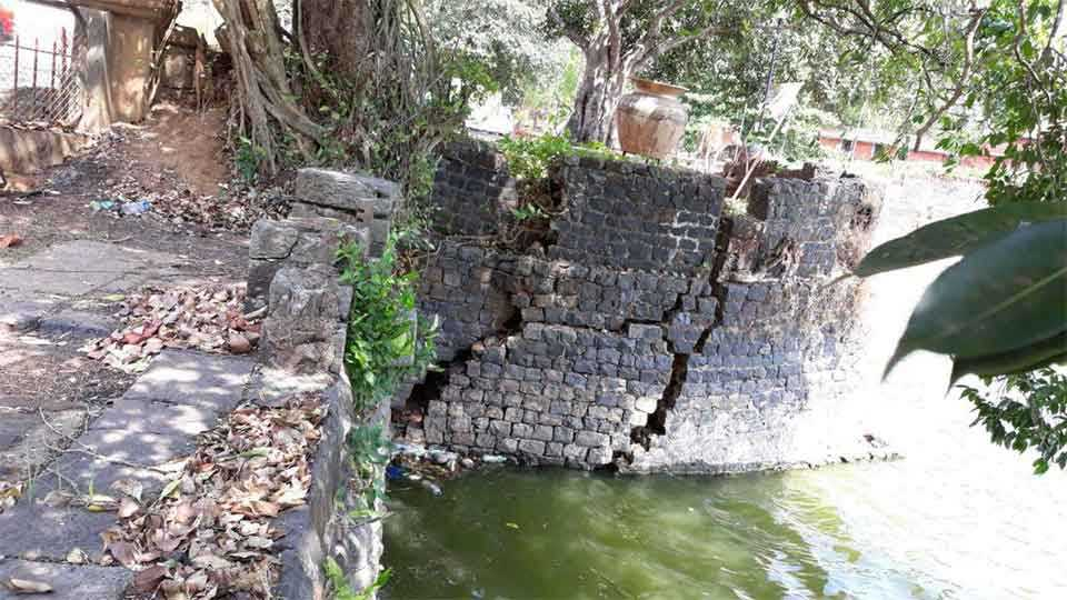 सावंतवाडी - येथील मोती तलावाच्या कठडा धोकादायक बनत चालला आहे.