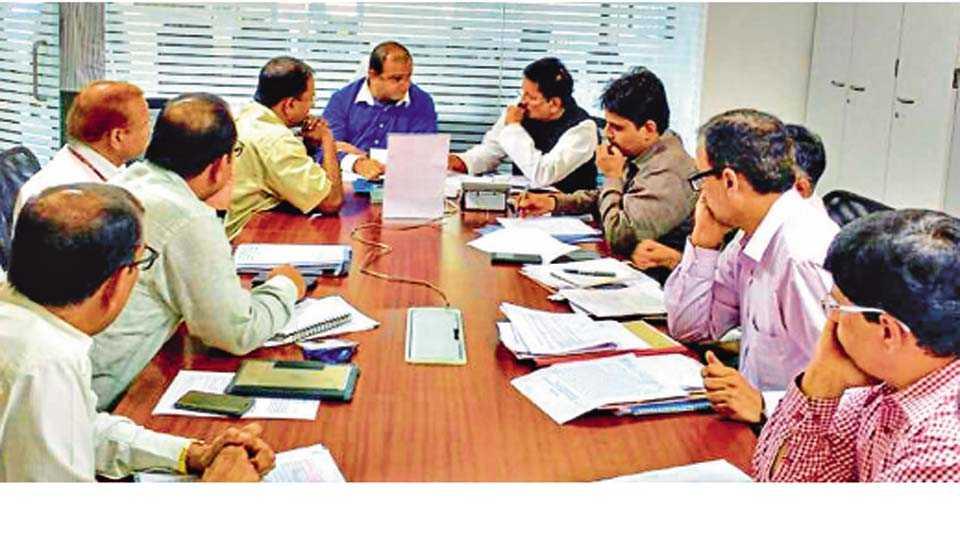 मुंबई - येथे रेल-ओ-टेक प्रकल्पाबाबत आयोजित बैठकीत उपस्थित पर्यटनमंत्री जयकुमार रावल, पालकमंत्री दीपक केसरकर.