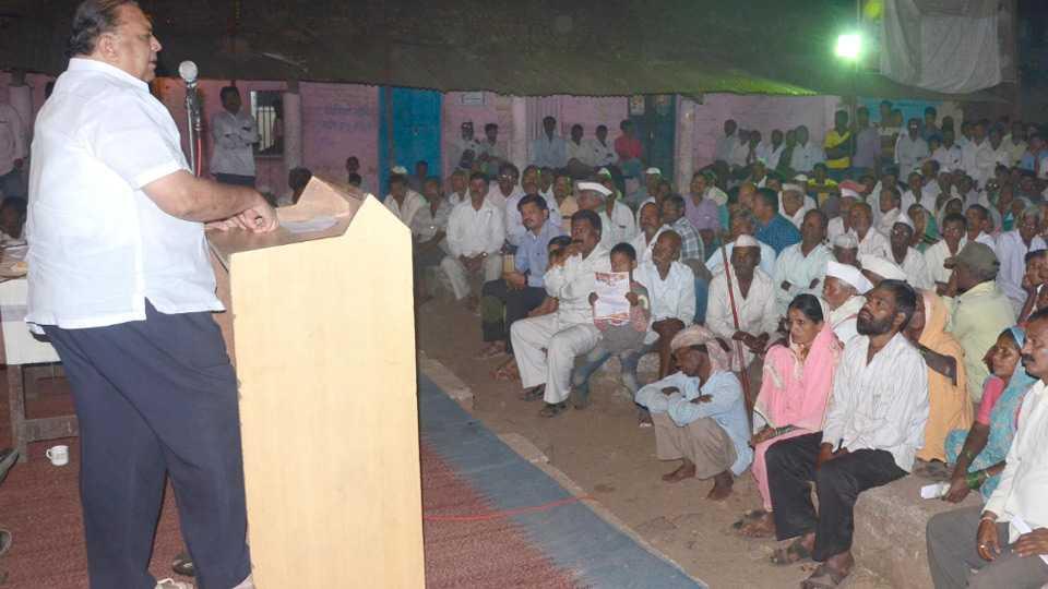 बेलवळे बुद्रुक - येथील जाहीर सभेत बोलताना आमदार हसन मुश्रीफ. समोर उपस्थित जनसमुदाय. (छायाचित्र - संदीप तारळे, गलगले)