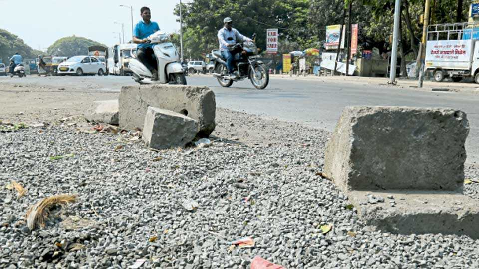 पद्मावती - रस्त्याच्या शेजारी दुभाजकाचे दगड आहेत. त्यामुळे त्या रस्त्याचा वापर करताना वाहनचालकांना मर्यादा येतात. त्यातून रस्ता शोधत त्यांना मार्ग काढावा लागतो.