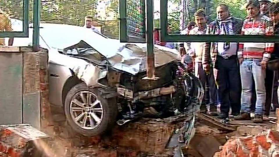 One killed, four injured after car rams into traffic pole