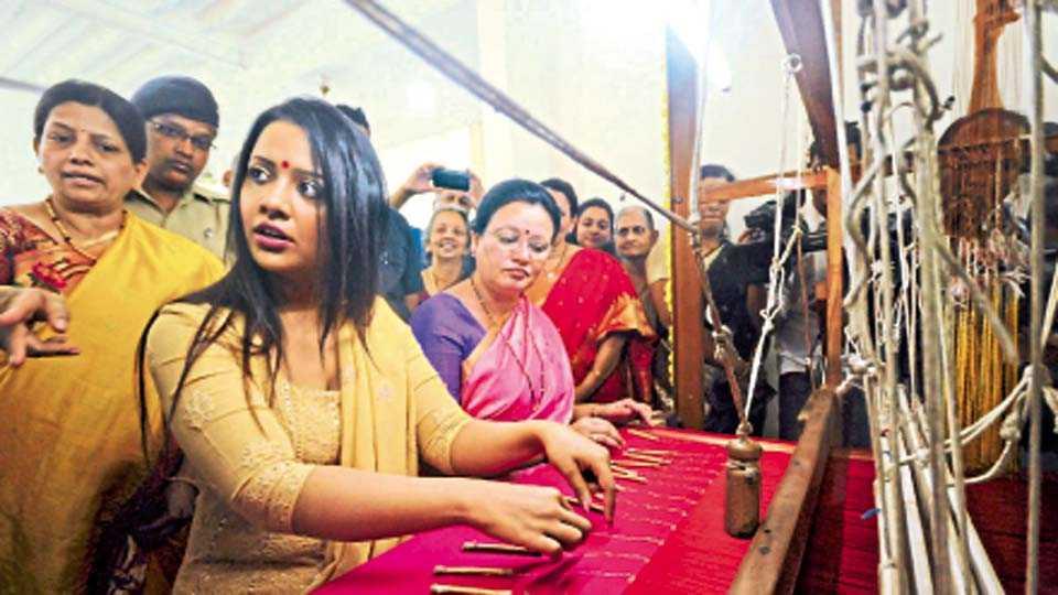 लक्ष्मी रस्ता - सौदामिनी हॅंडलूम तर्फे आयोजित विणकाम महोत्सवाचे उद्घाटन बुधवारी अमृता देवेंद्र फडणवीस यांच्या हस्ते झाले.