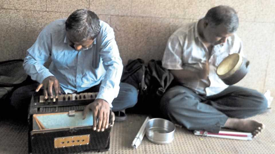 डेक्कन - गायन-वादनात रमलेले (डावीकडून) विनोद पवार आणि रामदास गायकवाड.