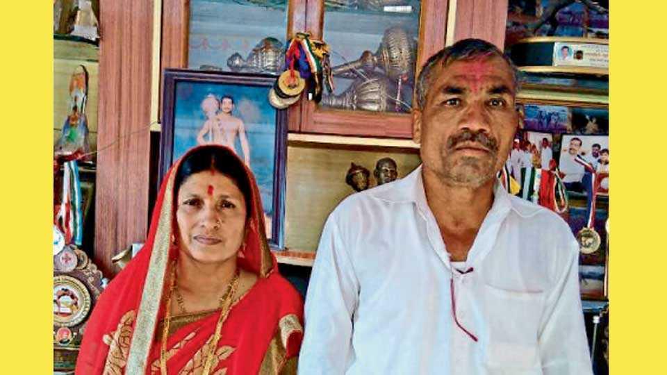 राहुल आवारेचे आई-वडील.