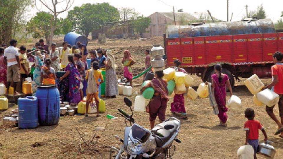 भाल गाव (ता. पेण) - टॅंकर आल्यावर पाणी भरण्यासाठी झालेली गर्दी.