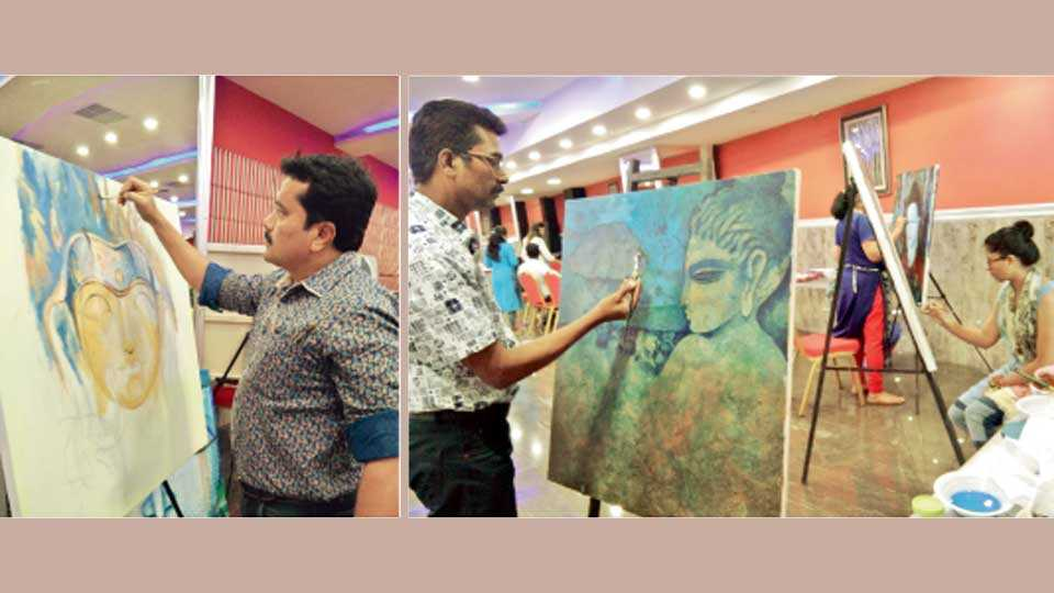 नागपूर - 1) बुद्धचित्र साकारताना लतीफ खान. 2) चित्र काढताना दिल्लीचे चित्रकार रामचंद्र पोकळे.
