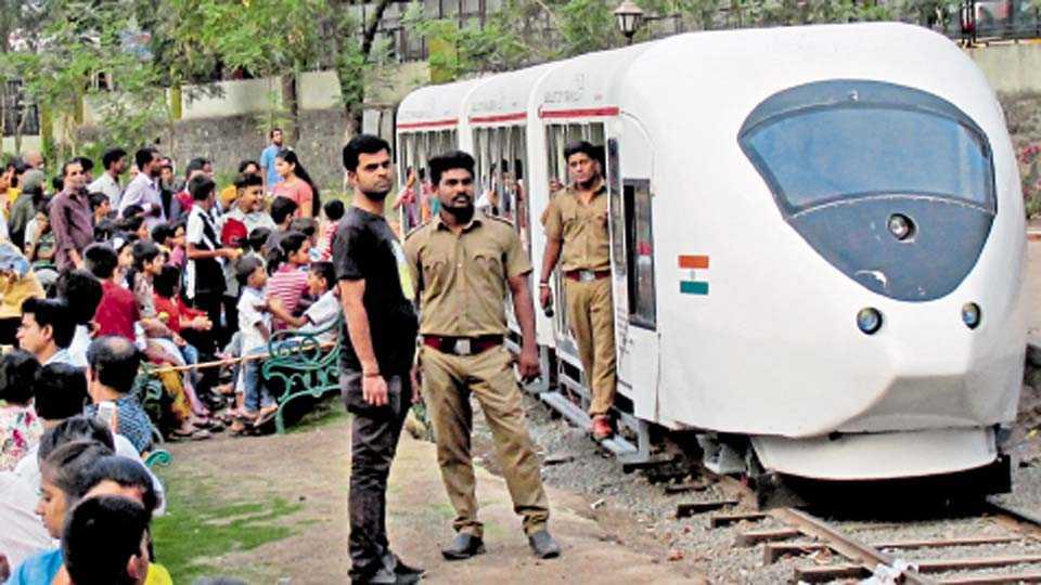 वडगाव शेरी - 'बुलेट ट्रेन'मध्ये बसून सैर करण्याचा अनोखा अनुभव घेण्यासाठी झालेली गर्दी.