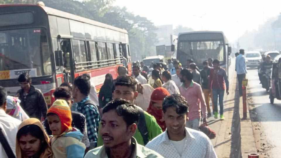 हडपसर - पीएमपीच्या मार्गात बंद पडलेल्या बसमुळे रस्त्यात थांबलेले प्रवासी.