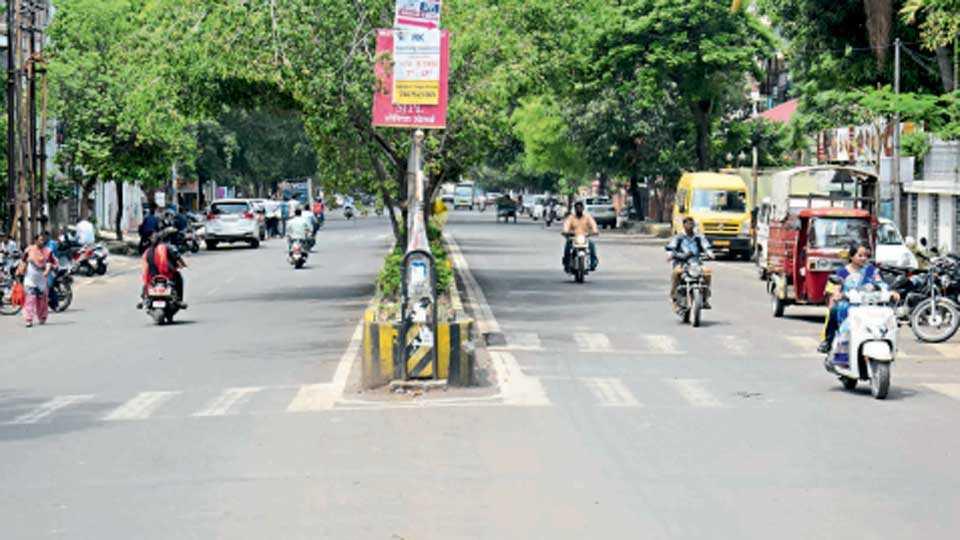 इंद्रायणीनगर - पदपथ, दुभाजक आणि सुशोभीकरण केलेला सुस्थितीत असलेला हा रस्ता आता काँक्रिटचा होणार आहे.