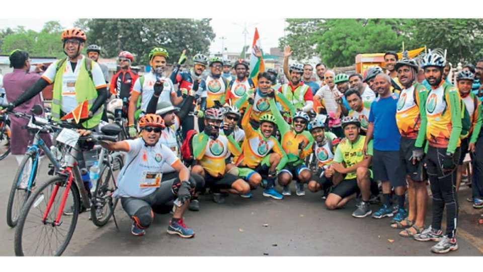 गजानन महाराज भक्त निवास, पंढरपूर - इंडो सायकलिस्ट क्लब (आयसीसी)तर्फे आयोजित 'पुणे-पंढरपूर-पुणे' सायकलवारीत सव्वा दोनशे सायकलपटूंचा  उत्स्फूर्त प्रतिसाद लाभला.
