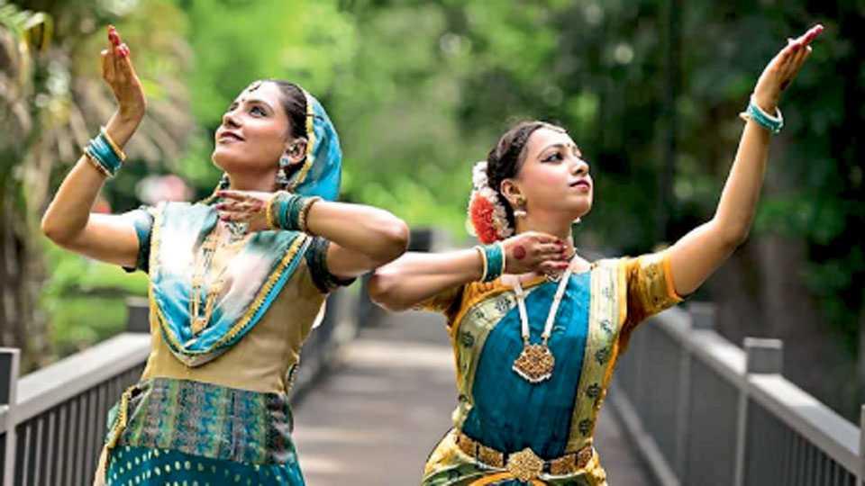 मलेशिया येथील 'सिबू इंटरनॅशनल डान्स फेस्टिव्हल'मध्ये सहभागी झालेल्या (डावीकडून) ऋतुजा कुलकर्णी आणि शुभांगी लिटके.