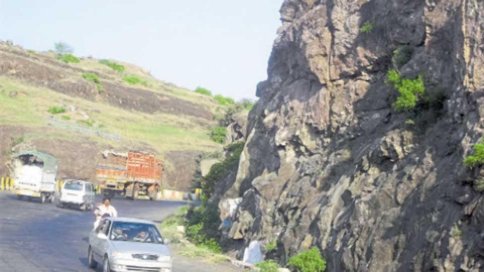 दिवे घाट - दरडींना संरक्षक जाळ्या बसविलेल्या नसल्याने हा रस्ता धोकादायक झाला आहे.