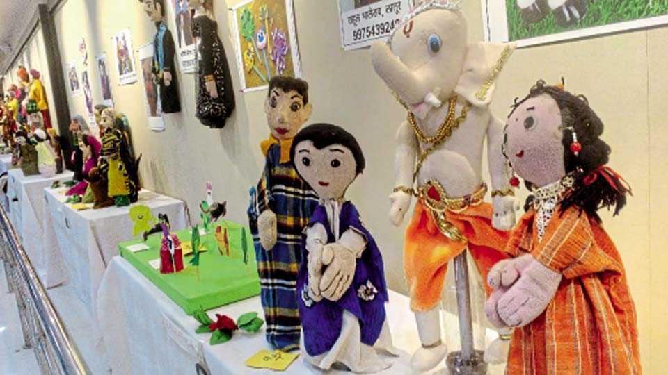 कोथरूड - संवाद पुणेतर्फे आयोजित बाहुलीनाट्य प्रदर्शनातील लक्षवेधक बाहुल्या.