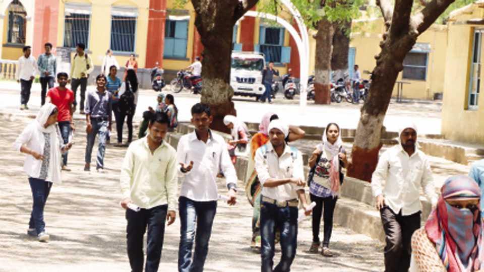 जळगाव - महाराष्ट्र लोकसेवा आयोगातर्फे रविवारी घेण्यात आलेल्या राज्य उत्पादन शुल्क विभागाच्या उपनिरीक्षकपदाची पूर्व परीक्षा देऊन आर. आर. विद्यालय केंद्राबाहेर पडताना परीक्षार्थी.