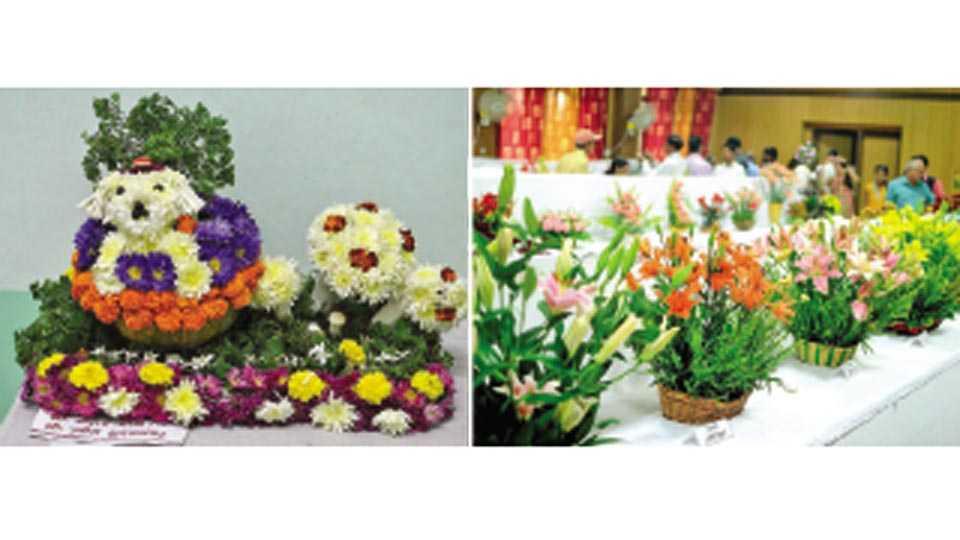 वेंगुर्ले - येथे फुलांची केलेली लक्षवेधी रचना.  दुसऱ्या छायाचित्रात पुष्प प्रदर्शनात विविध फुले लक्षवेधी ठरली.
