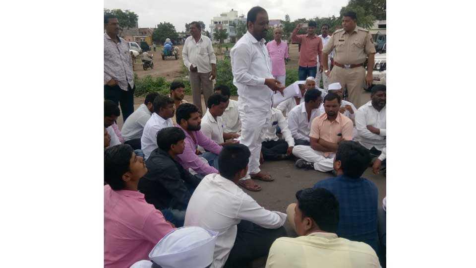 Take Olene Insurance, farmers protest on road