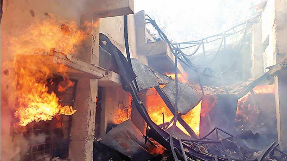 इचलकरंजी - आगीच्या भक्ष्यस्थानी पडलेले सुताचे गोदाम